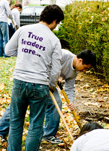 At Chicago-based Family Matters, KelloggCares volunteers performed yard maintenance for the nonprofit, whose mission involves building community leadership through family outreach.