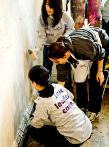 A KelloggCares team working at the Open Studio Project in Evanston on Nov. 1. Open Studio is a nonprofit arts and social service organization.
